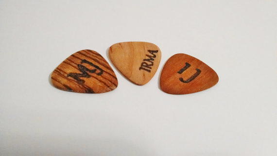 Hochzeit - Personalized Guitar Pick, Custom Wood Guitar Pick, Wood Burned Guitar Pick, Music Gift, Gift for Him, Groomsmen Gift