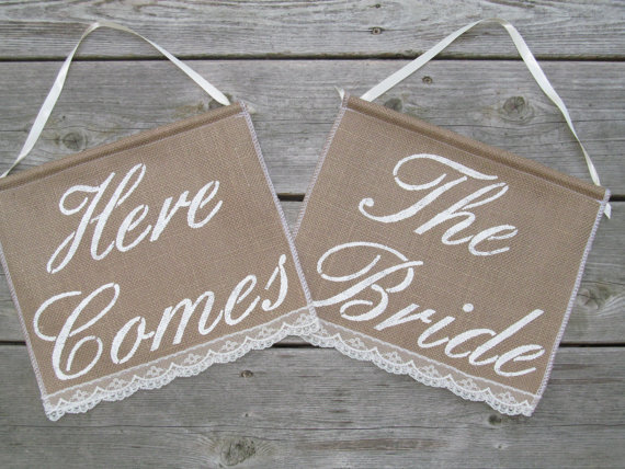Mariage - Here Comes The Bride signs - Two Ring Bearer Signs  - Rustic Wedding signs - Double Wedding sign - Here Comes The Bride Banners