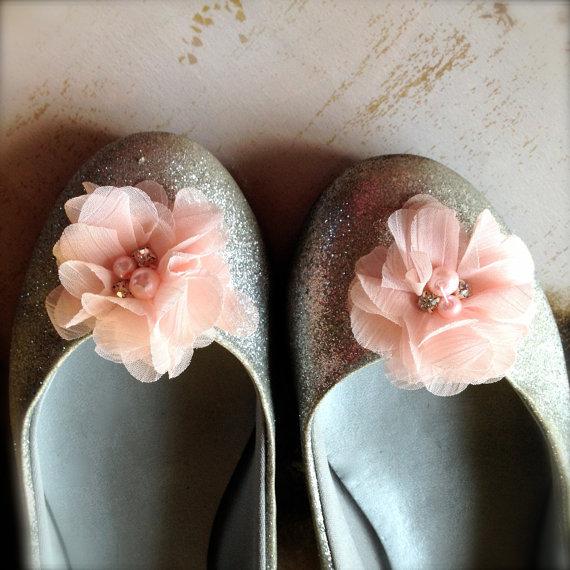 زفاف - Blush chiffon flower pearl and rhinestone shoe clips available in ten colors. Flower Girl, bride, bridesmaids shoe clips.