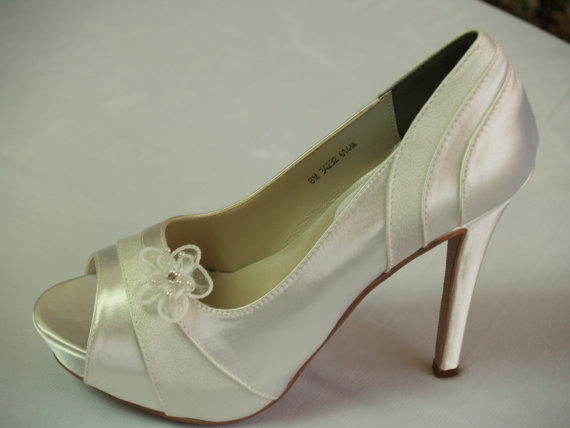 Свадьба - Ivory Wedding  Shoes Heels 4inches Satin and Crepe adorned with flower clips - Ivory Bridal high heels shoes
