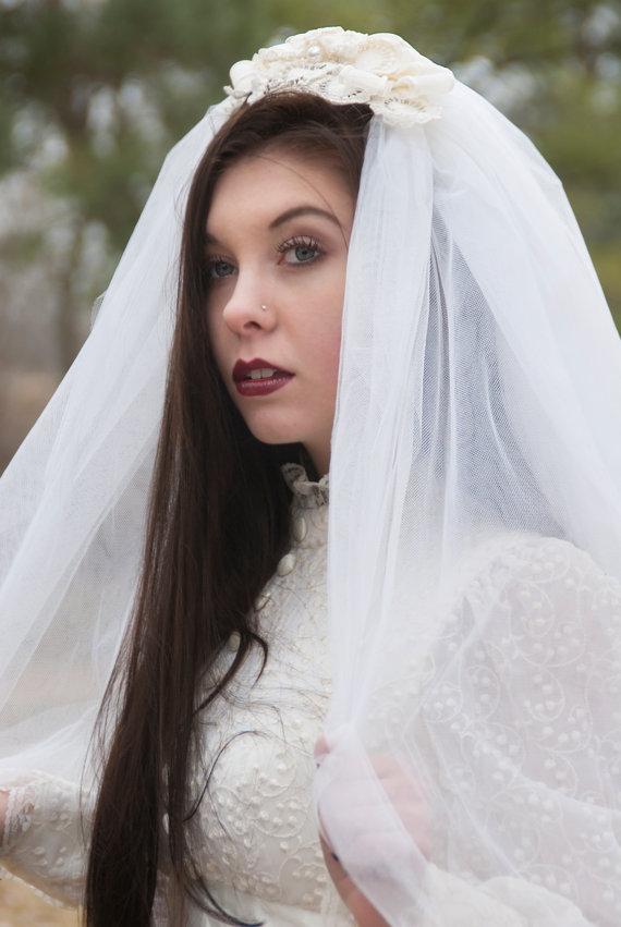 زفاف - Vintage 1960s veil, ivory white wedding bridal lace hair head piece crown, mod 1950s 1970s long