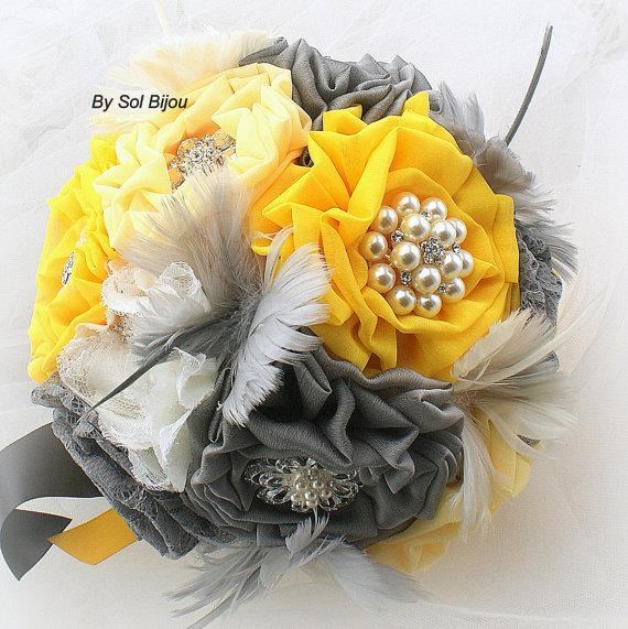 Mariage - Brooch Bouquet  Vintage-Style in Ivory, Yellow and Dark Gray, Pewter with Feathers, Lace and Brooches