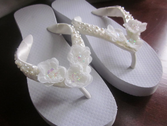 Свадьба - Bridal Flip Flops/Wedges.Wedding Flip Flops/Shoes.PEARL Flip Flops.Ivory Flip Flops.Beach Wedding.Flower Flip Flops.