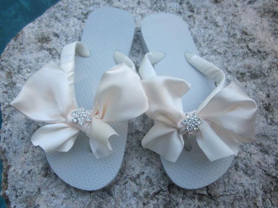Mariage - Bridal Flip Flops/Wedges.Wedding Flip Flops.Ivory BOWz Flip Flops.Bling Sandals/Shoes.Beach Wedding.Bridal Accessories.
