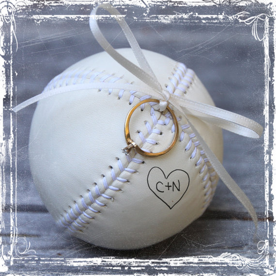 زفاف - Baseball Love Ring Bearer Pillow Alternative - Hand Stiched Leather - Personalized - White Cream - MLB Fan - Weddings Sports Decor Play
