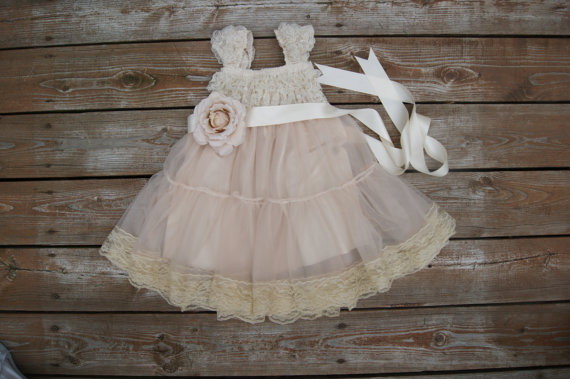 Mariage - Lace flower girl dress. Rustic flowergirl dress. Shabby chic dress. Country wedding. Champagne dress. Toddler lace dress. Cream lace dress