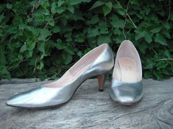 Hochzeit - 1950s/60s SILVER Round Toe Johansen Pumps / Wedding Shoes size 9.5