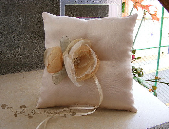 Hochzeit - Champagne Ring Bearer Pillow, Wedding Ring Pillow, Light Gold Ring Pillow with flowers, Coussin Carré blanc pour Alliance Mariage