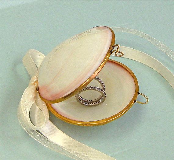 Свадьба - Shell Jewelry Box with Ribbons,  Seashell Ring Box, Beach Wedding, Beach Wedding Ring Bearer, Bridesmaid Jewelry Box, Stocking Stuffer