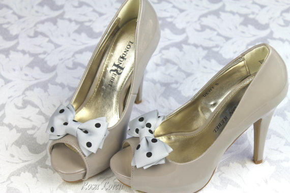 Свадьба - Gray Polka Dot Bow Shoe Clips, Grey Polka Dot Shoe Clip, Wedding Accessories Shoes Clip, Bow Clip Shoes