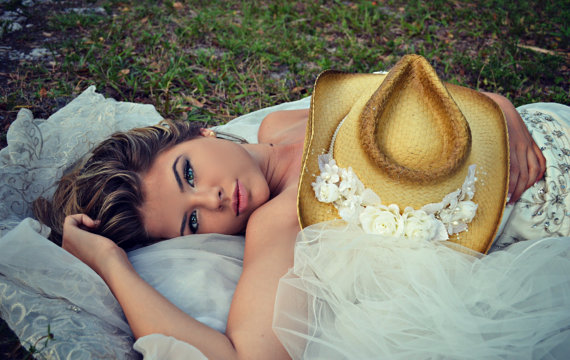 Свадьба - Western-wedding-veil-ivory-white-hat-cowgirl-cowboy-boots-bride-cake topper-bachelorette-cowgirl hat-western wedding-cowgirl hat with veil