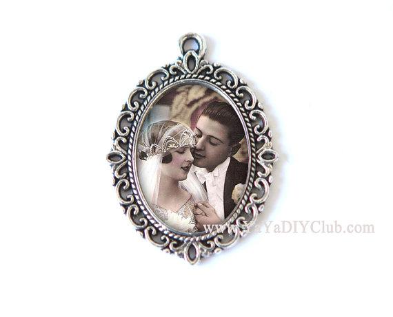 Свадьба - Custom Photo Bouquet Charm, Wedding Bouquet Charm, Victorian Style Bridal Charm, Bridal Bouquet Charm,  Memory Charm, Custom Photo Pendant