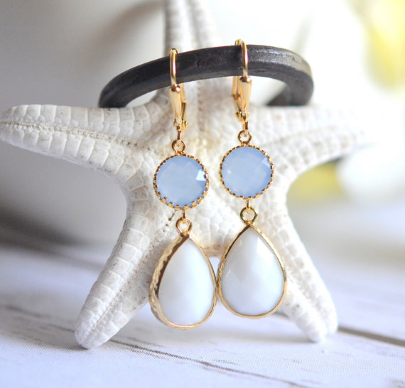 Mariage - White and Periwinkle Dangle Earrings in Gold. Drop Earrings. Dangle Earrings. Bridesmaid Gift. Wedding. Bridal Jewelry. Earrings.
