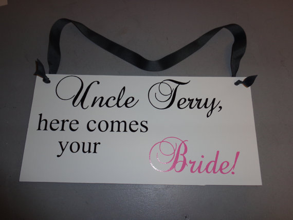 Mariage - Custom Wedding Signs- Personalized Here Comes Your Bride Sign- Ring Bearer Sign- Flower Girl Sign- Uncle Here Comes Your Bride Photo Prop