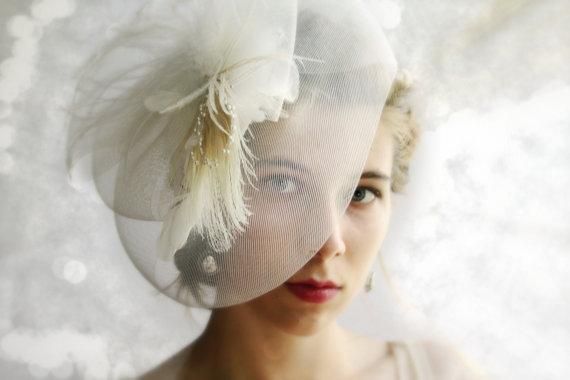 Свадьба - White fascinator ivory bridal fascinator feather fascinator bridal headpiece bridal hair accessory wedding veil alternative mini hat GRACE