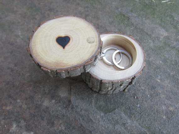 Свадьба - Personalized Ring Bearer Box, Wedding Ring Box, Engagement Ring Box ~ Made from Reclaimed Elm