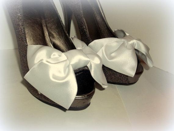 Свадьба - Wedding Satin Bow Shoe Clips - set of 2 -  Bridal Shoe Clips, Wedding shoe clips large double bows, white ,ivory, black