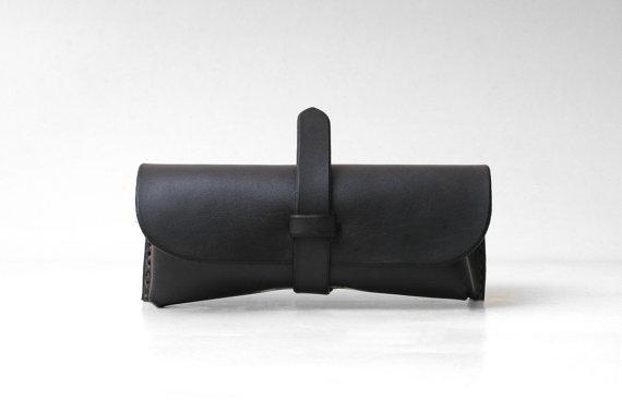 Свадьба - Personalized Leather Sunglasses Case / Eyewear / Eyeglasses / Sleeve, Vegetable-tanned Cow Leather, Groomsmen Gift, Dark Gray II