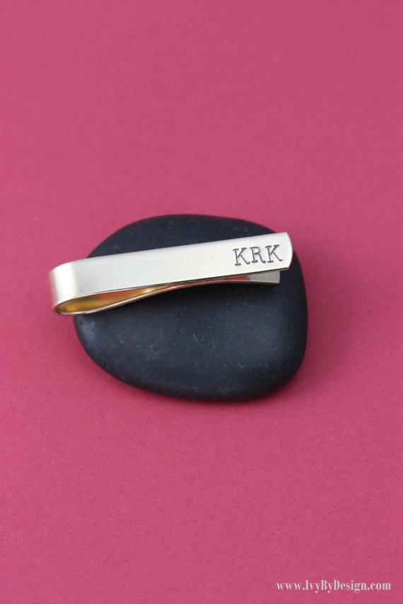 Свадьба - SALE - BRASS Personalized Tie Bar - Groomsmen Monogram Initials - Mens Accessory - Gift for Man - Groom - Best Man - Wedding Gold Tie Clip