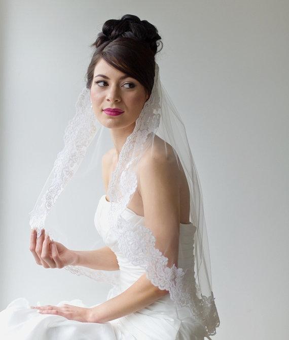 Hochzeit - Bridal Veil, Traditional Veil, Wedding Veil, Lace Edge Veil, Wedding Hair Accessory, Illusion Veil