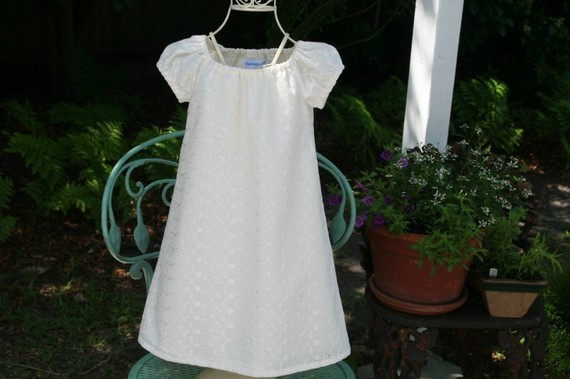 Свадьба - Baptism/Flower Girl Dress   .Available in ivory. lined  embroidered .fabric  Sizes 5..6..7..and 8