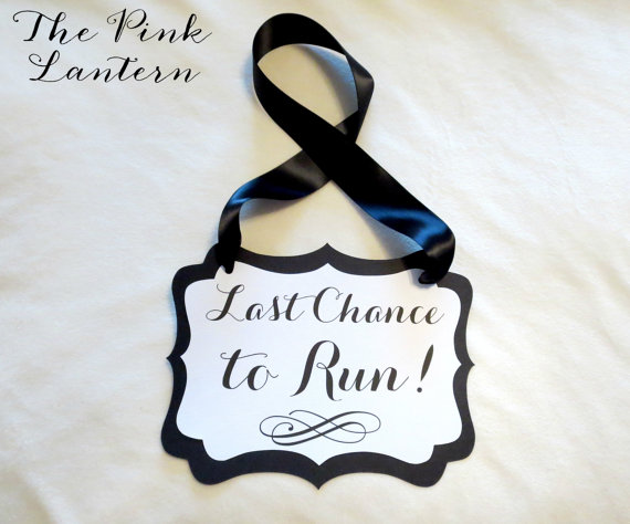 Свадьба - Last Chance to Run Sign in Custom Colors - 3 Sizes Available - Ribbon Hanger or Paddle Handle