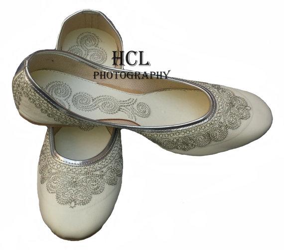 Mariage - Handmade Leather Bridal Shoe White Mojari Beautiful Embroidery Work Mojari Women Wedding Flats khussa shoe Juti jooti juti US 9
