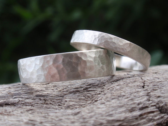 Свадьба - hammered wedding bands set of 2 wedding rings - sterling silver - 5mm & 3mm - made to order - single bands - handmade jewelry