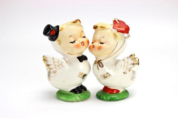 Mariage - Vintage Wedding Cake Topper,  Napco Lovebirds Salt and Pepper Shakers, Valentine Wedding, Wedding Cake, Anthropomorphic, Kissing, Epsteam #1