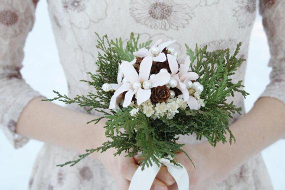 Hochzeit - Rustic bridal bouquet winter Wedding bouquet, white flowers natural bouquet cedar pinecone Woodland bouquet silk flowers bouquet ELVES