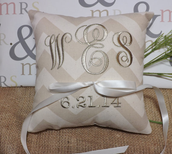 Mariage - Monogrammed ring bearer pillow, ring pillow, chevron ring pillow, wedding pillow, embroidered ring bearer pillow,