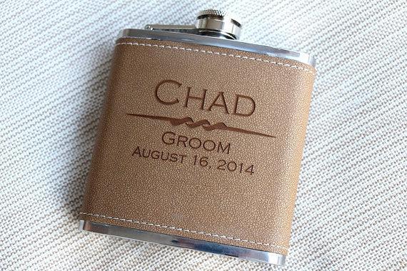Свадьба - Personalized Leather Hip Flask, Groomsman Gift, Groomsmen Flask,  Best Man Gift Flasks, Gifts for Groomsmen, Engraved  Custom Monogram Flask