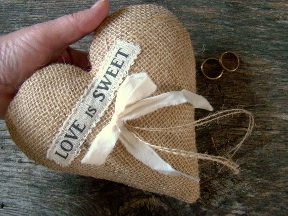 Свадьба - Wedding Ring Pillow, Ring Bearer, Wedding Ring Holder, Ring Bearer Cushion, Burlap Heart, Rustic Chic, Boho Wedding, Valentine Wedding