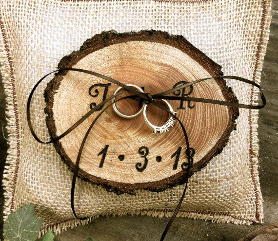 Mariage - Rustic wedding ring bearer pillow holder forest country fall winter weddings