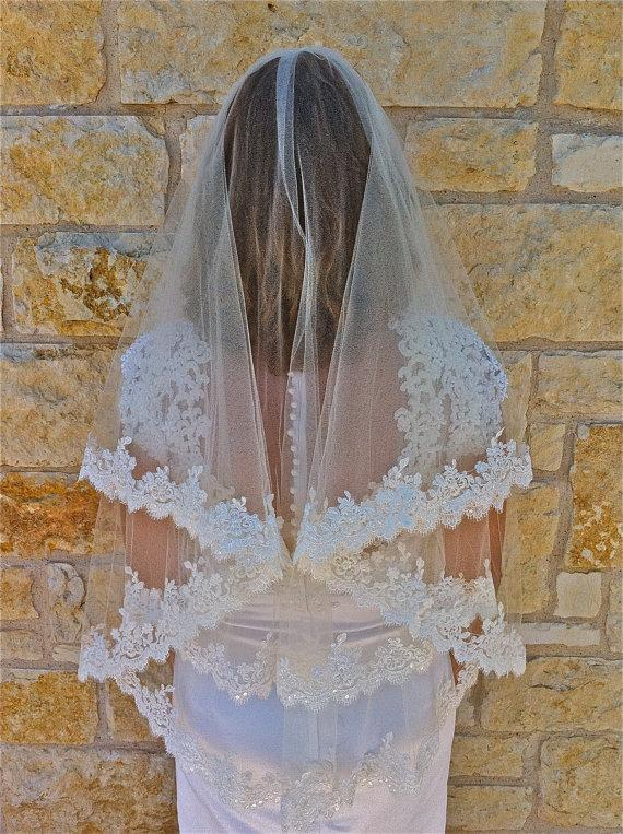 Mariage - Two tier lace veil, Beaded Alencon lace veil in fingertip with beaded scalloped lace edge with eyelashes, two layers lace wedding  veil