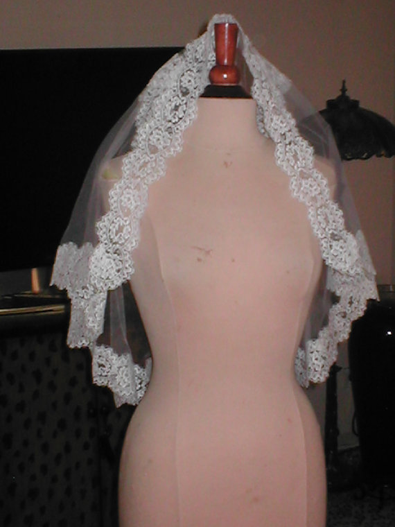 Mariage - Vintage Short Chantilly Lace Mantilla Bridal Veil