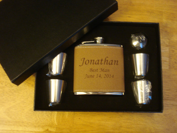 Свадьба - 8 Personalized Leather-Wrapped Flask Gift Sets  -  Great gifts for Best Man, Groomsmen, Father of the Groom, Father of the Bride