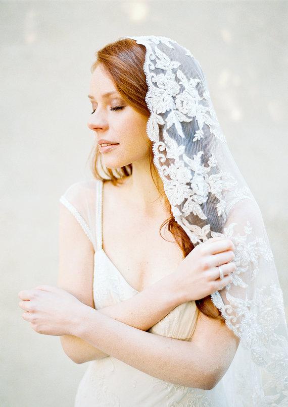 Mariage - Lace Bridal Veil, Beaded Veil, Mantilla Veil, Wedding Veil, Hip length, Lace veil, Metallic Veil - Style 312