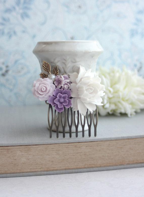 Свадьба - White Rose, Lavender, Lilac Purple, Ivory, Brass Leaf, Pearl Flower Collage Hair Comb. Bridesmaids Gift. Purple Wedding. Floral Hair Piece.