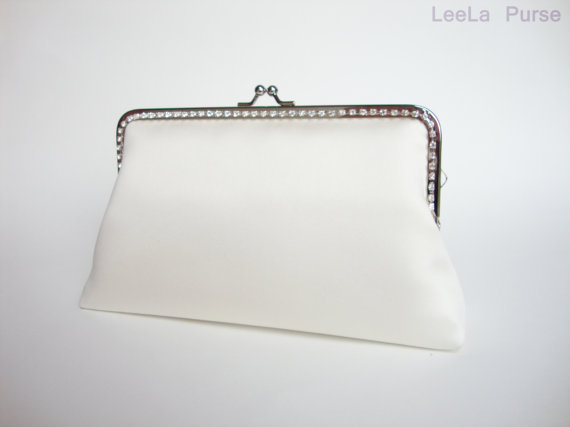 Mariage - Bride to be  Ivory Clutch Purse with wristlet chain for Wedding Party or bridal accessoriy