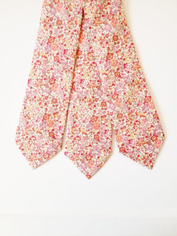 Свадьба - Custom pink groomsmen tie, Liberty of London Necktie, pink men's tie, coral skinny tie, emma and georgina, pink liberty tie, coral wedding