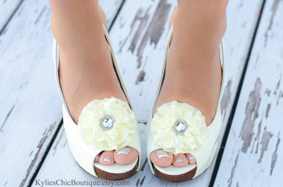 Свадьба - Cream Shoe Clips - Wedding, Bridesmaid, Date Night, Party, Everyday wear