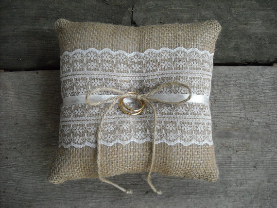 Mariage - Burlap ring pillow Burlap Ring Bearer Pillow with Off White lace Ring cushion Woodland / Rustic / Cottage style Weddings