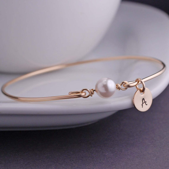 Mariage - Wedding Party Gift, Bridesmaid Jewelry Gift, Wedding Bridesmaid Bracelet, Gold Bangle Bracelet,  White Pearl Bracelet