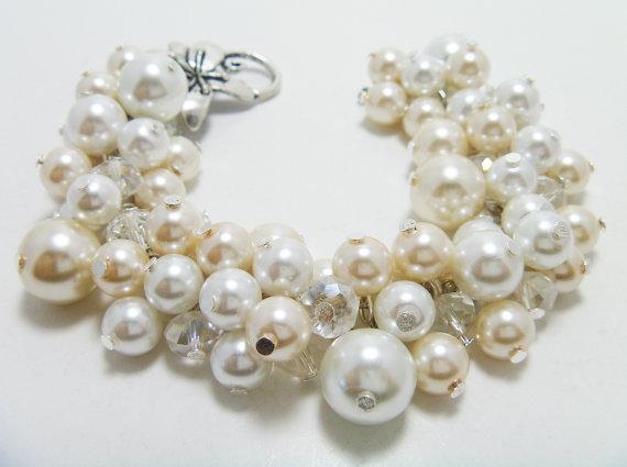 زفاف - White and Ivory  Cluster Bracelet, Chunky Bracelet, Bridal Jewelry, Cream Bracelet, Pearl Jewelry, Bridesmaids Jewelry