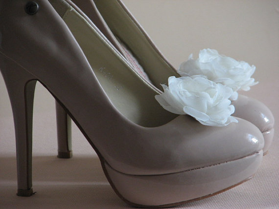 Mariage - Ivory Shoe Clips Flowers Shoe Clips Bridal Shoe Clips Ivory Wedding Accessories Bridal Shoe Ivory Bridesmaids Gift Shoe Flowers Ivory flower