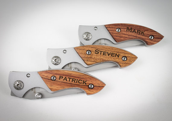 Свадьба - Ring Bearer Gift, 9 Engraved Pocket Knife, Personalized Groomsmen Gift,Rosewood Knife, Personalized Wedding Favor, Knife, Wedding Party Gift