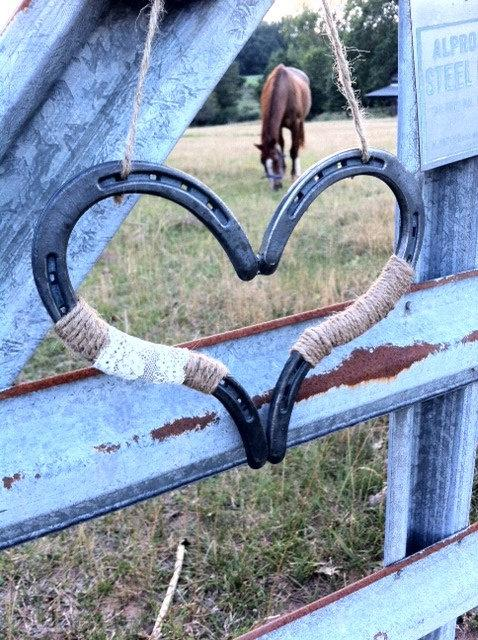 Mariage - Rustic Chic Wedding Heart Horseshoe Decoration Horseshoe Heart Good Luck Heart Horse Shoe Rustic Wedding Decor Barn Wedding Country Wedding