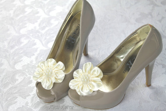 Mariage - Cream Flower Shoe Clips, Cream Satin Shoe Clip, Cream Wedding Accessories Shoes Clip