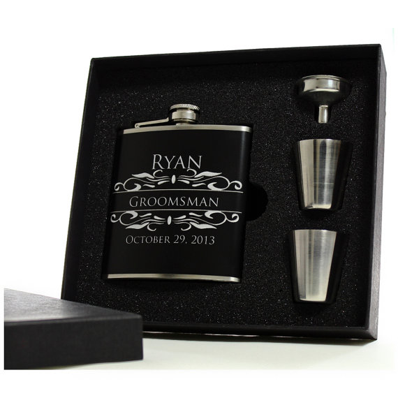 Mariage - 1 Personalized Flask for Groomsmen // Gift Boxed Flask Set with Shot Glasses and Funnels